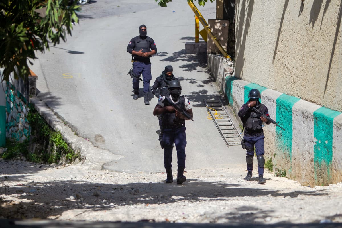 Neljä poliisia kadulla.