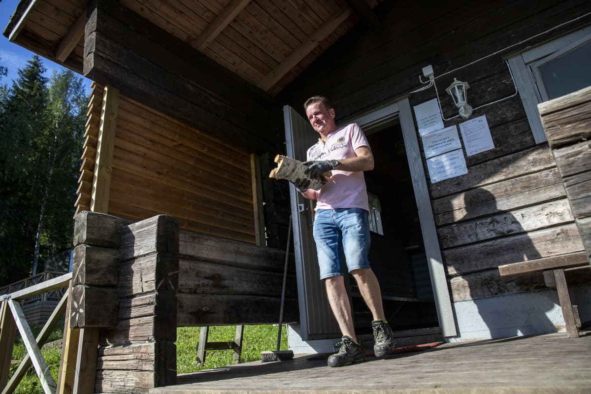 Jukka Havukainen, Mansikkaharjun Lomakeskus, kantaa puita ulkosaunaan