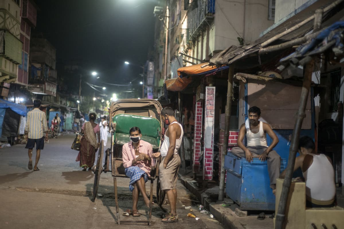 Riksakuskit istuivat toimettomina Kalkutan Sonagachissa Intiassa 4. huhtikuuta 2020.
