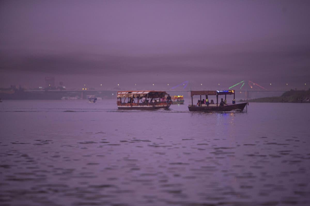 Turisteja kuljetettiin perinteisissä veneissä Sudanin Khartumissa 22. kesäkuuta 2021