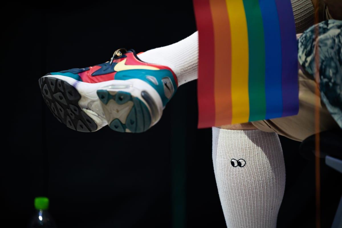Yksityiskohta Pride -konserttikävijän sukassa olevista silmistä.