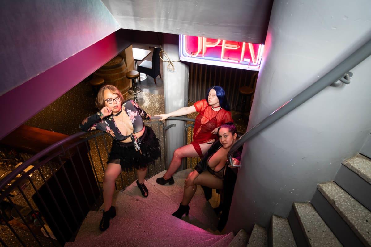 Sofia Sarkava järjesti seksi- ja kehopositiivisen strippiklubin Käpylässä ravintola Nyyrikissä 8.7.2021. Kuvassa myös tanssijat Annica ja Rosina.