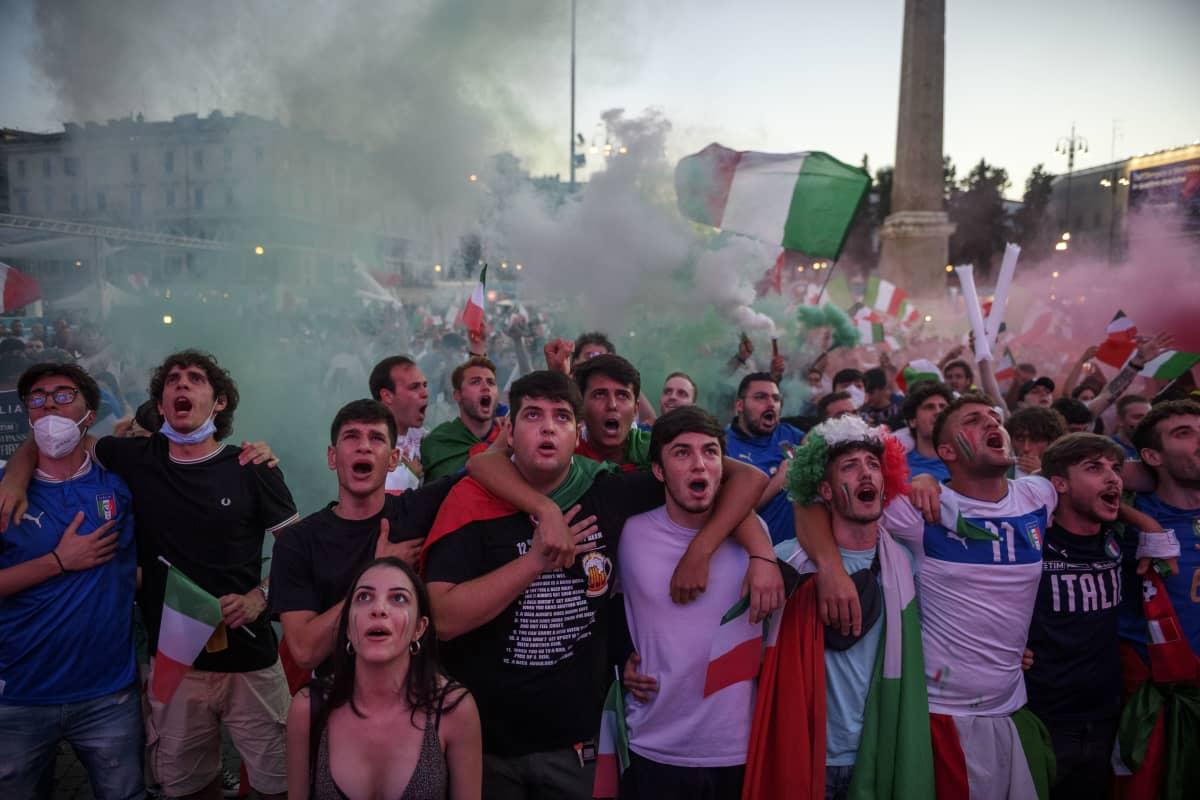 Italian fanit Roomassa Espanjaa vastaan pelatun EM-välierän aikana
