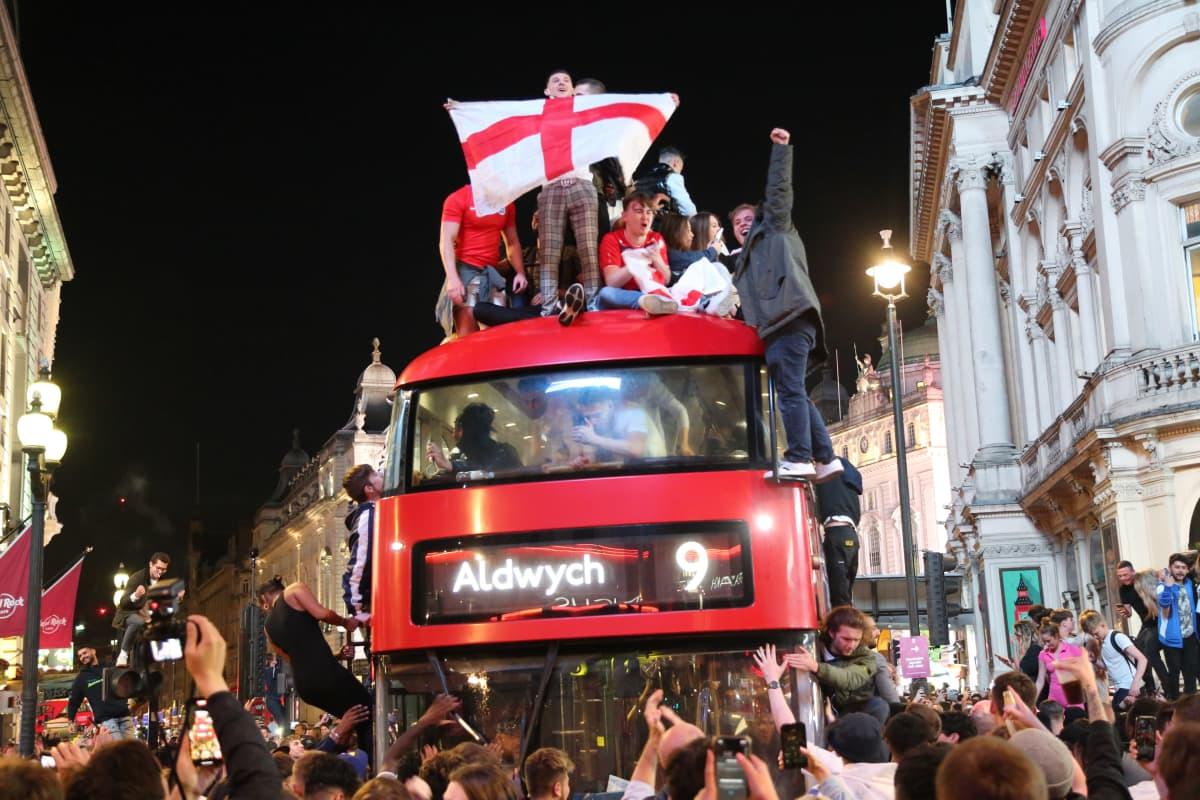 Englannin fanit kiipesivät bussin katolle, kun paikka EM-finaalissa varmistui