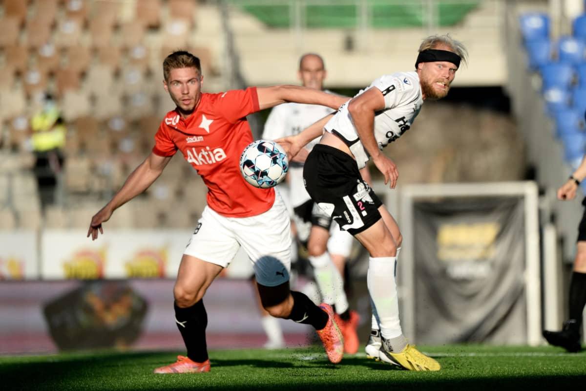 HIFK:n Jeremiah Streng ja FC Lahden Timi Lahti.