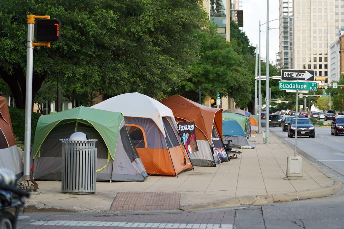 Telttoja kadunvarressa Austinissa.