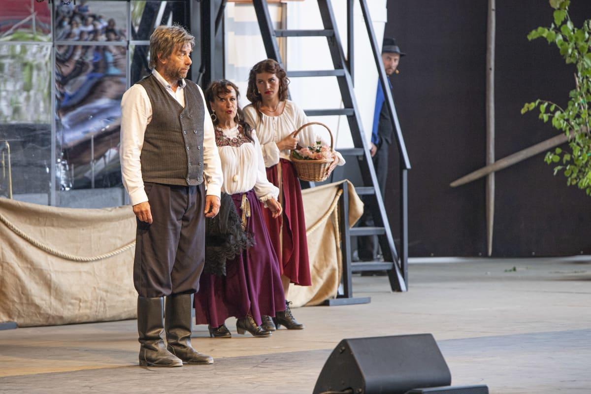 Salomon (Risto Kaskilahti), Daria (Sinikka Sokka) ja Veera (Sofia Arasola) keskustelevat näytelmässä Kaunis Veera.