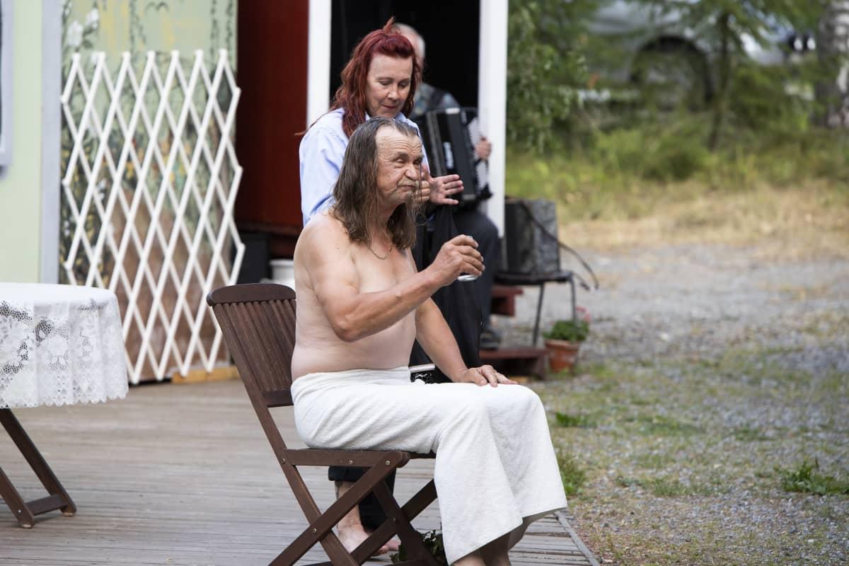 Maaningan vätysteatterin näytelmä Naurava kylä kesällä 2021. Lavalla Virpi Lappeteläinen Riikka Pönkkänä sekä Pertti Tolvanen Joose Pässinä.