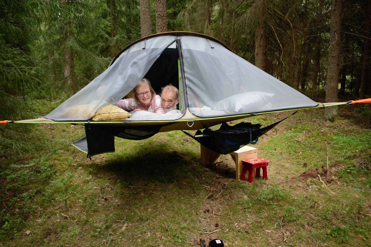 Ulla ja Jari Helmisaari kokeilivat puussa olevassa teltassa nukkumista Loimaan Virttaalla.