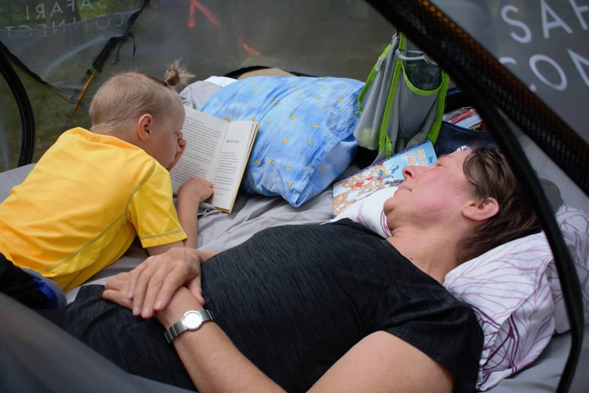 Eino ja Sari Holappa viettivät yön puussa olevassa teltassa.