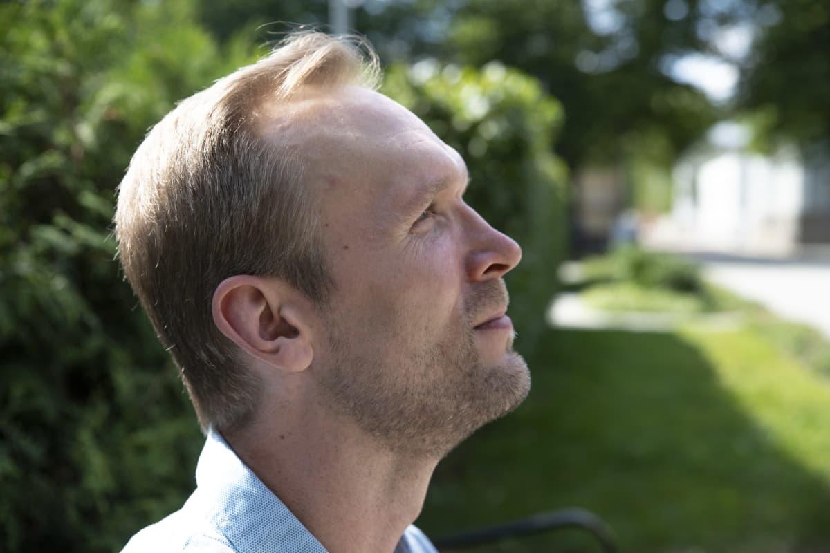 Sami Ukkonen katsoo taivaalle Kuopiossa