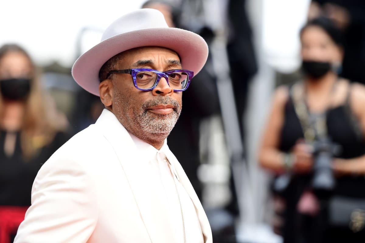 Palkintoraadin puheenjohtaja, ohjaaja Spike Lee saapumassa The French Dispatch -elokuvan näytökseen Cannesin elokuvajuhlilla 12. heinäkuuta 2021