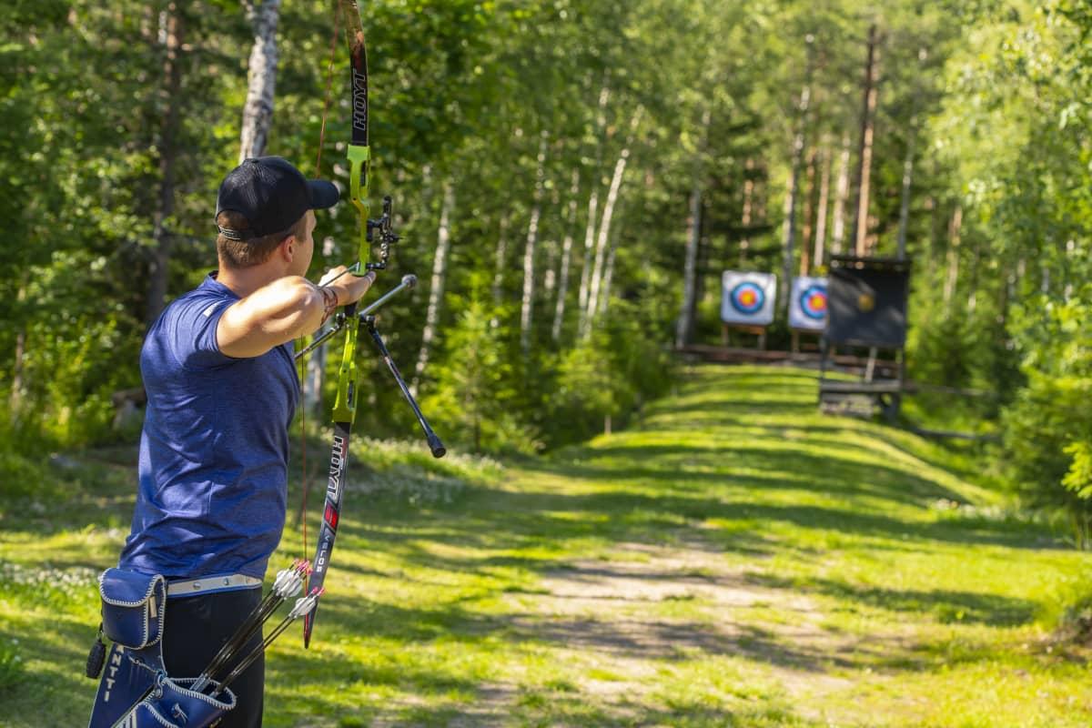 Antti Vikström ampuu jousellaan valmistautuessaan Tokion olympialaisiin.