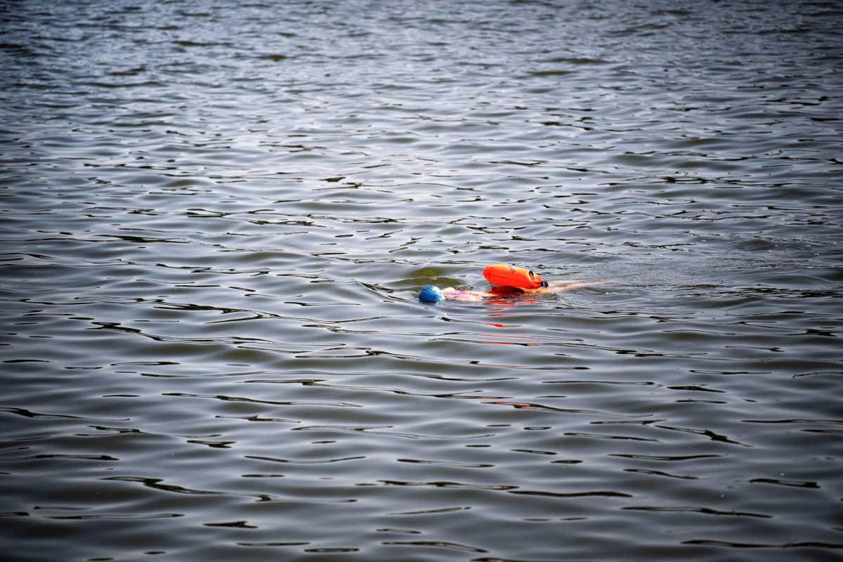 Henkilö ui avovedessä.