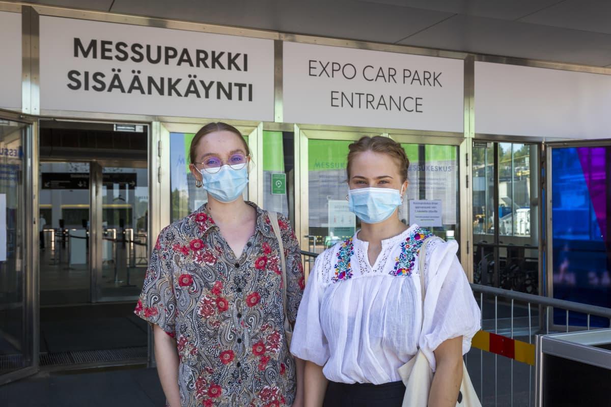 Opiskelijat Alisa Tuominen ja Iida Tallqvist Messukeskuksen edustalla Helsingissä
