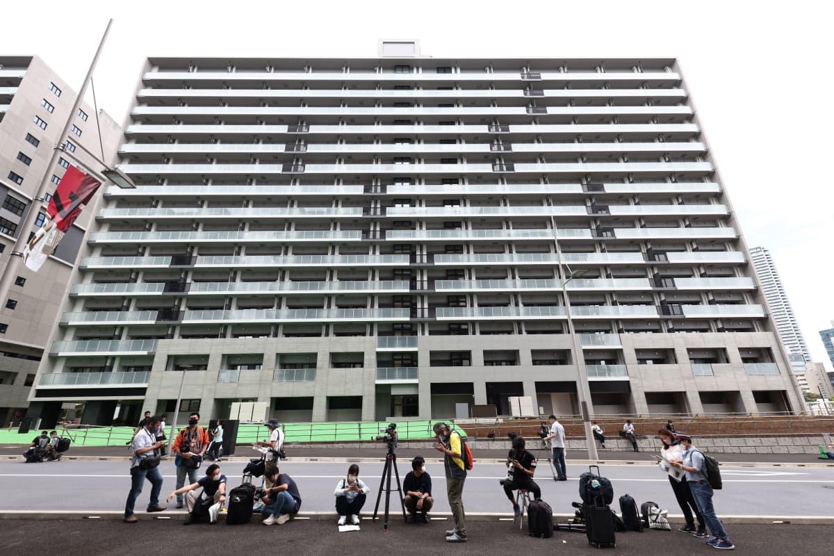 Japanilaismediaa Tokion kisakylän edessä.
