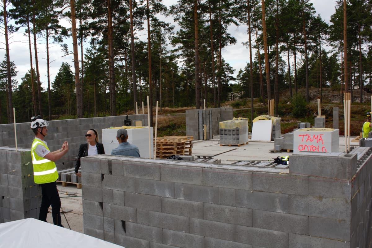 Betonitalo rakenteilla Naantalin 2022 asuntomessuilla.