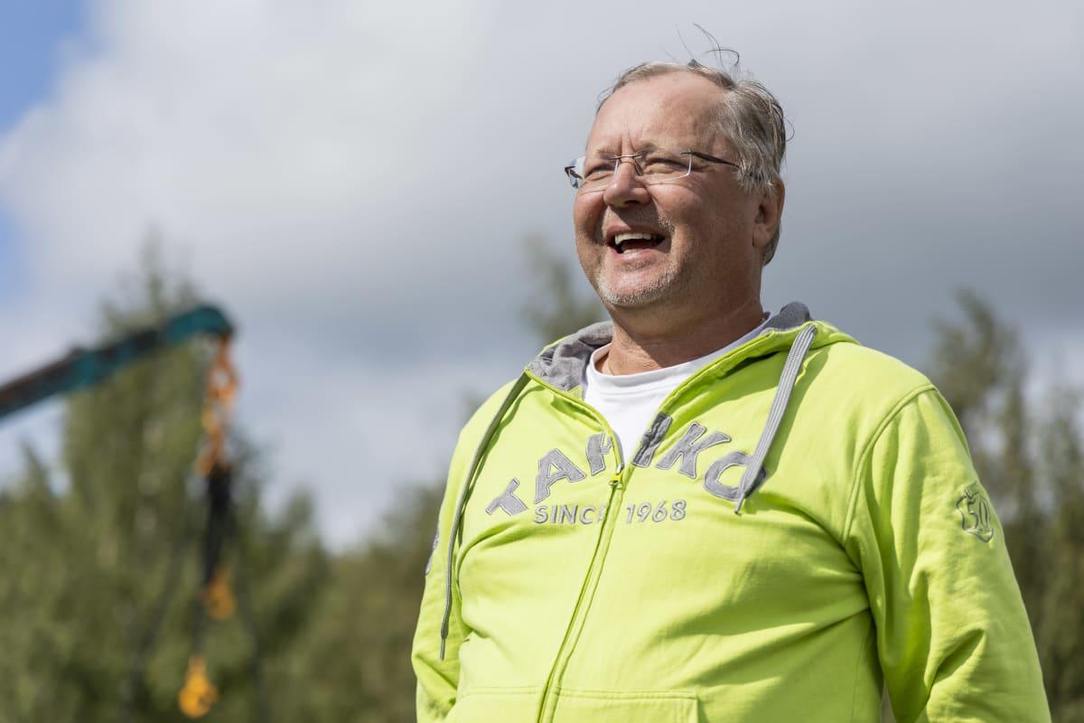 Kari Heiskanen, Tahkon kyläyhdistyksestä seisoo asvalttikentällä, johon juuri rakennetaan skeittiparkkia