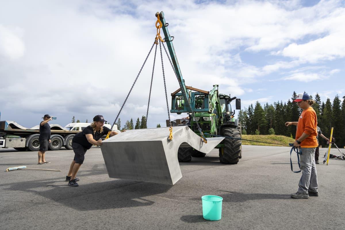 Tahkolle rakennetaan siirrettävää skeittiparkkia.