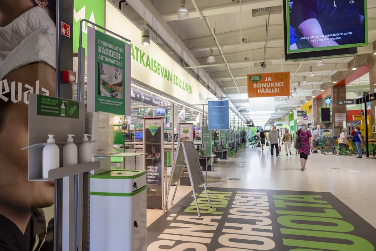 Oulun Prisman sisäänkäynti, käsidesiautomaatit portin vieressä