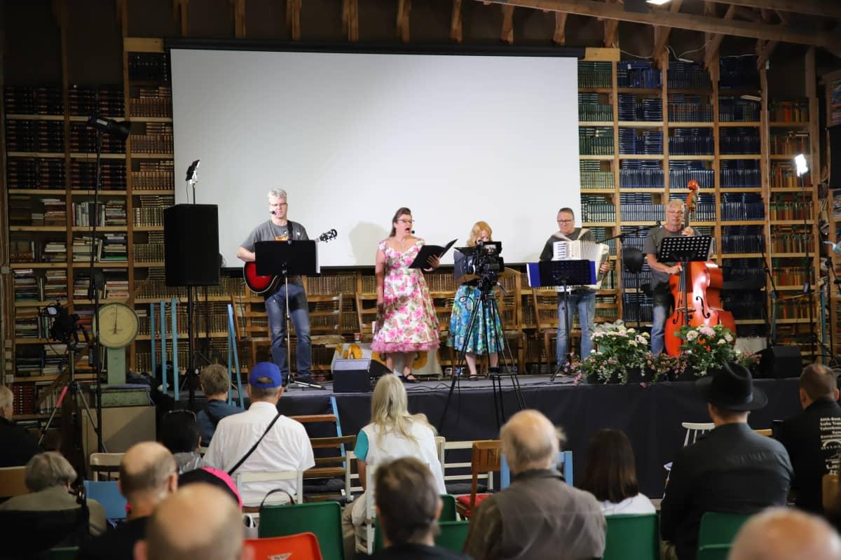 Äänikirjanlukijoiden kuoro Vocalibristit esiintymässä Kymi Libri 2021 -kirjamessuilla Myllykoskella.