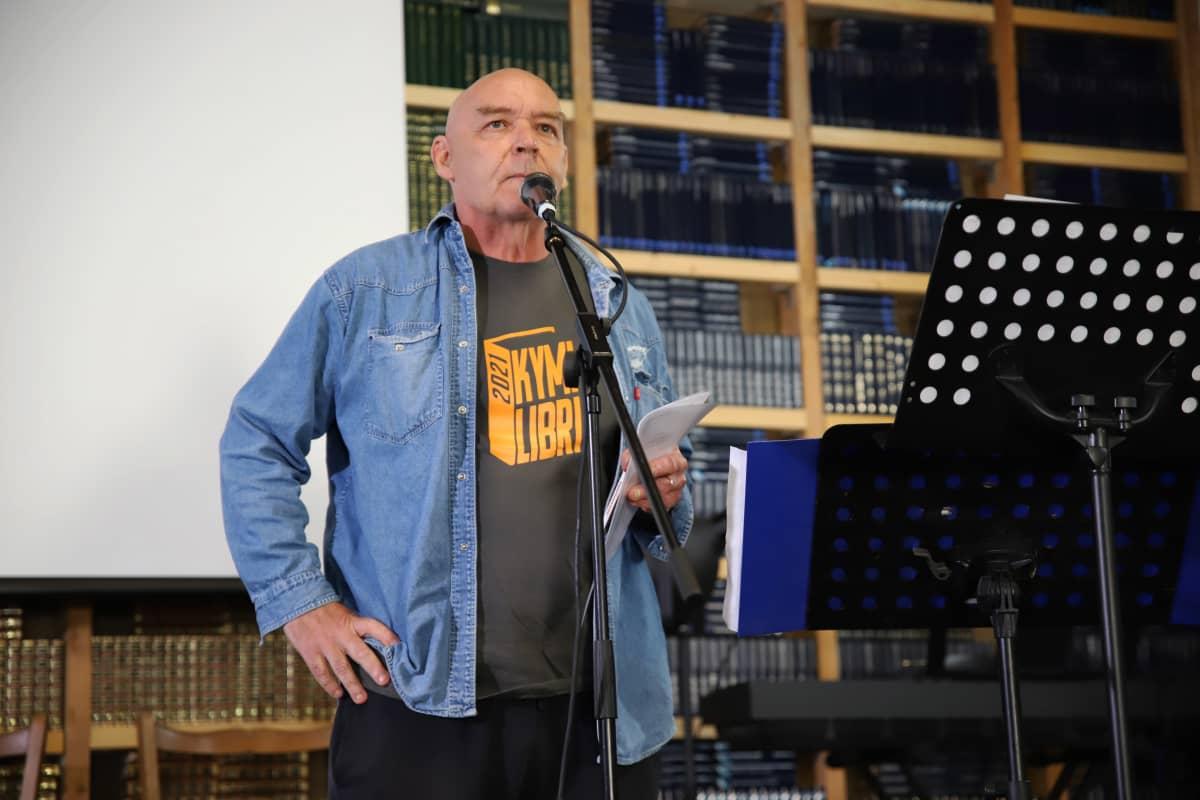 Atik Ismail pitämässä avajaispuhetta Kymi Libri 2021 -kirjamessujen avajaisissa.