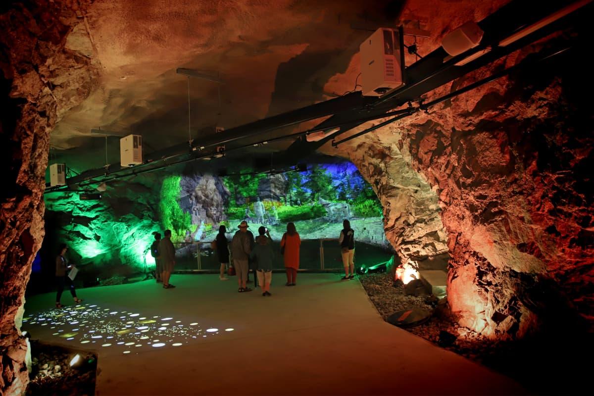 Opaskierros meneillään Saimaan Taideluola Retretin luolastossa.