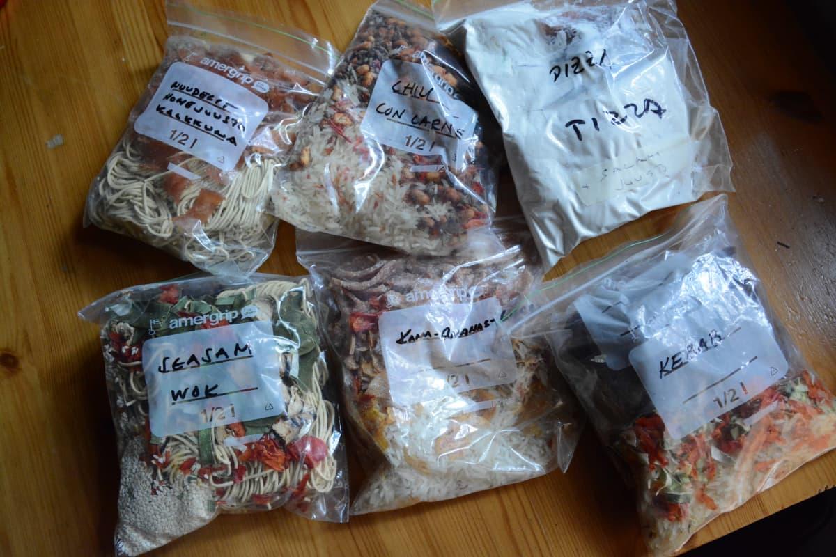Kuivattua ruokaa muovipusseissa