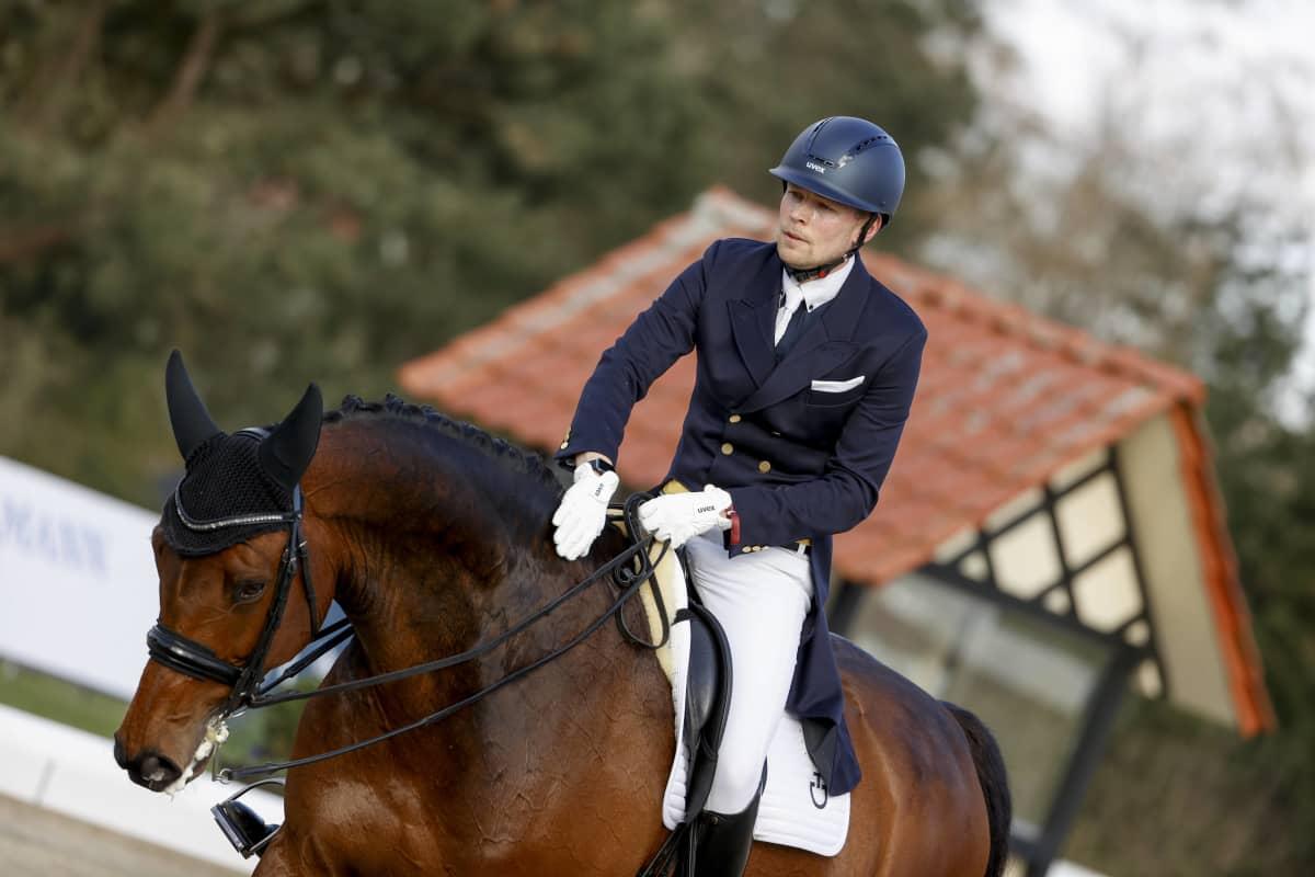 Henri Ruoste ja Kontestro-hevonen huhtikuussa 2021.