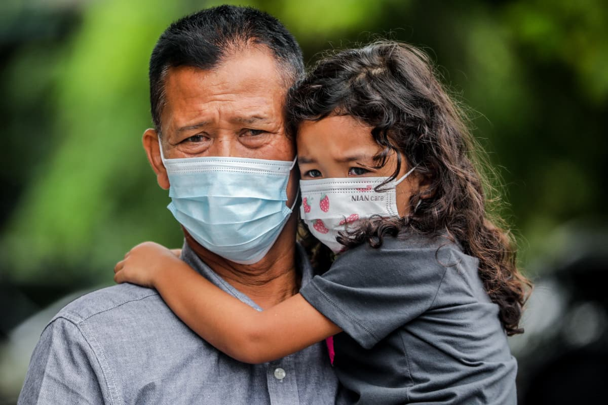 Isä odotti tyttärensä kanssa keväällä pääsyä koronatestiin Medanissa.