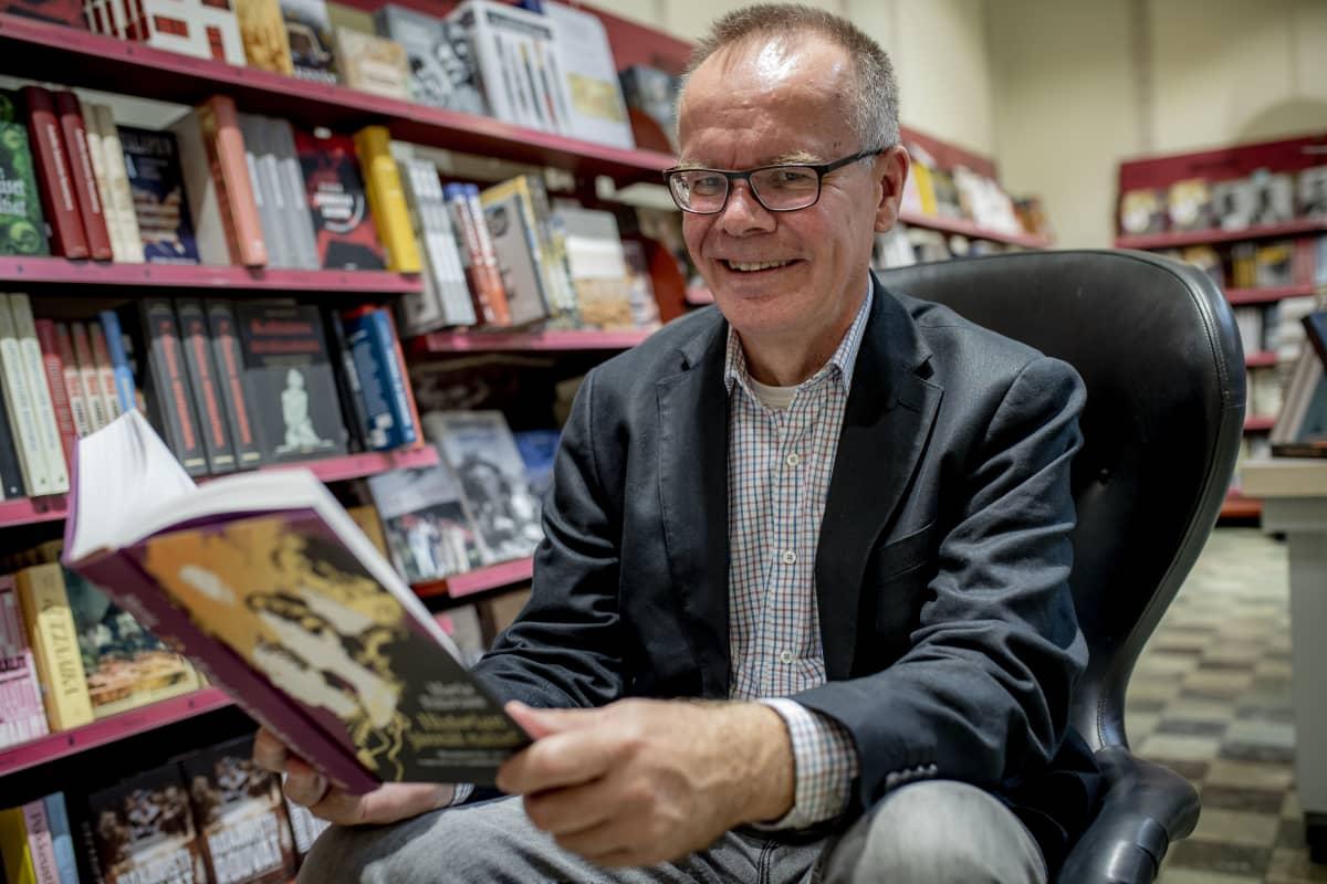Otavan toimitusjohtaja Pasi Vainio Suomalaisessa kirjakaupassa Helsingissä