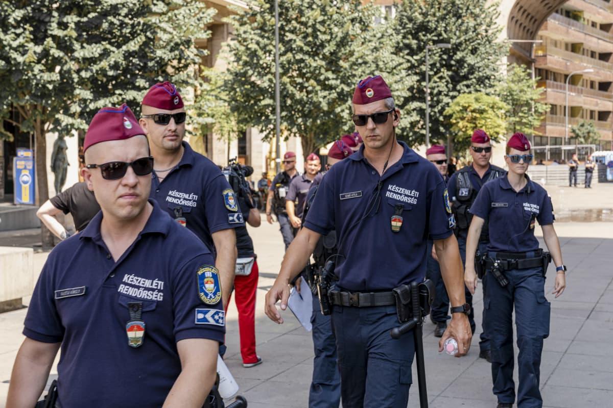 Poliisi valmistautuu Budapest Prideen.
