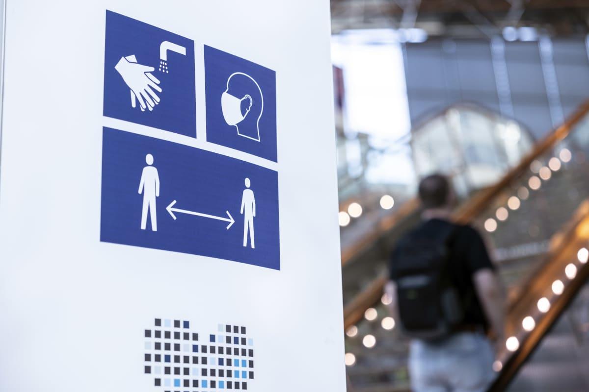 Kuvallisia korona-ajan ohjeita Helsinki-Vantaan lentoasemalla.