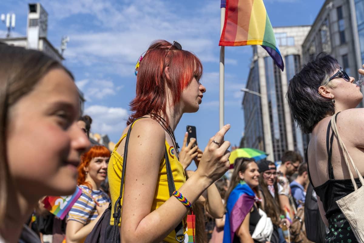 Juhlijoita Budapest Pride-kulkueessa 2021.