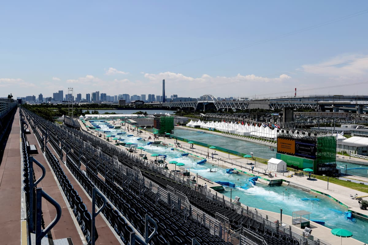 Tokion olympialaisten koskipujottelukeskus sijaitsee aivan massiivisen siltarakennelman yhteydessä.