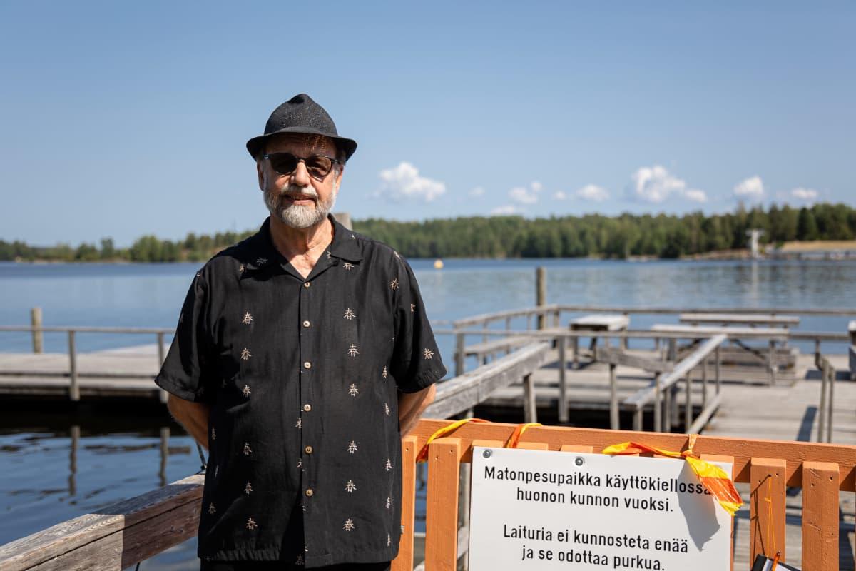 Jukka Nakari seisoo suljetun matonpesulaiturin edessä Lappeenrannan Halkosaaressa.