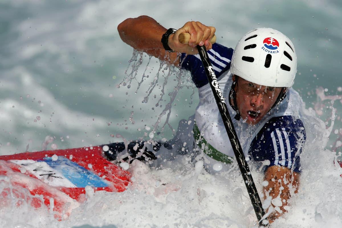 Michal Martikán kilpailemassa Ateenan olympialaissa.
