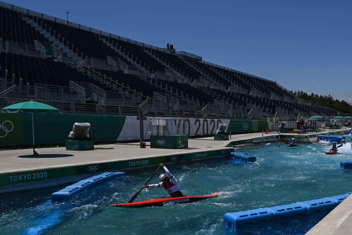 Koskipujottelijat harjoittelemassa Tokion olympiarännissä.
