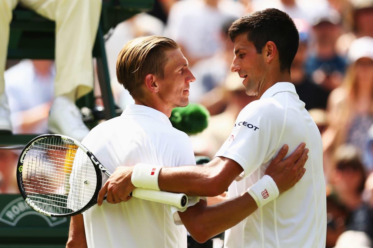 Jarkko Nieminen ja Novak Djokovic onnittelevat toisiaan.