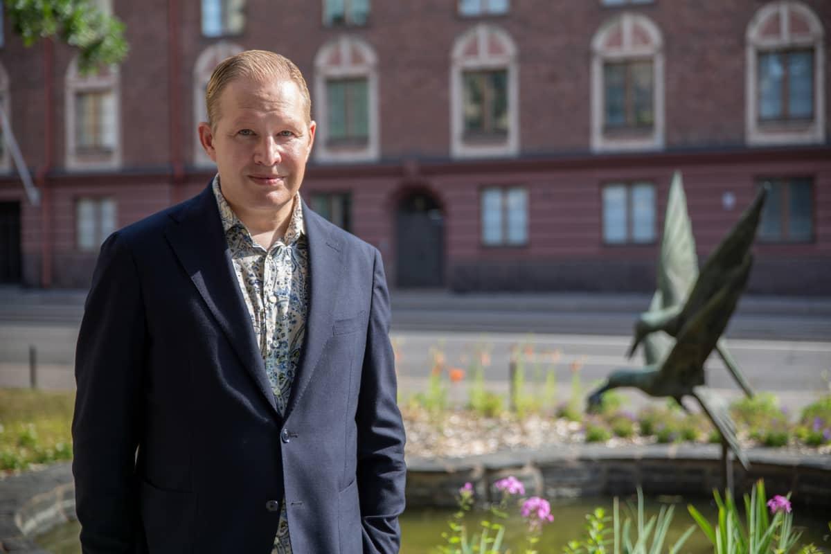 Pekka Mattila Aalto yliopiston kauppakorkeakoulun edessä