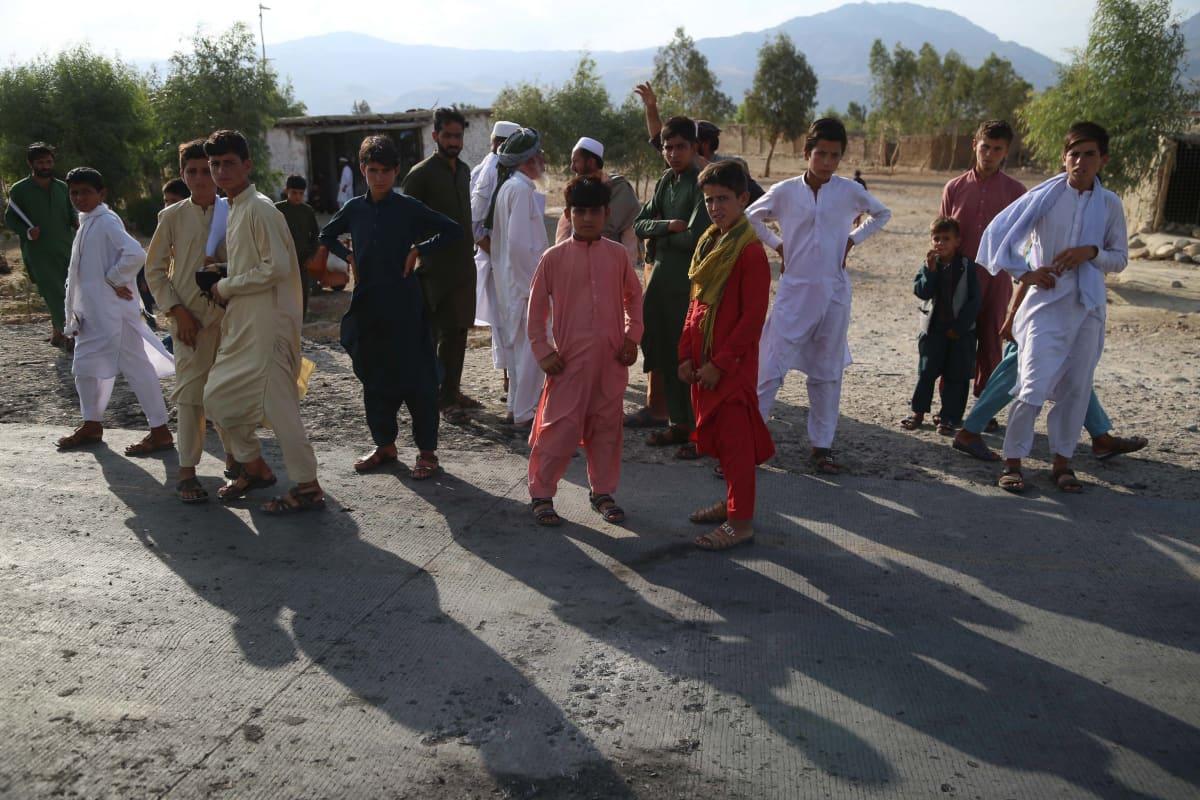 Afganistanilaisia siviilejä kadulla.