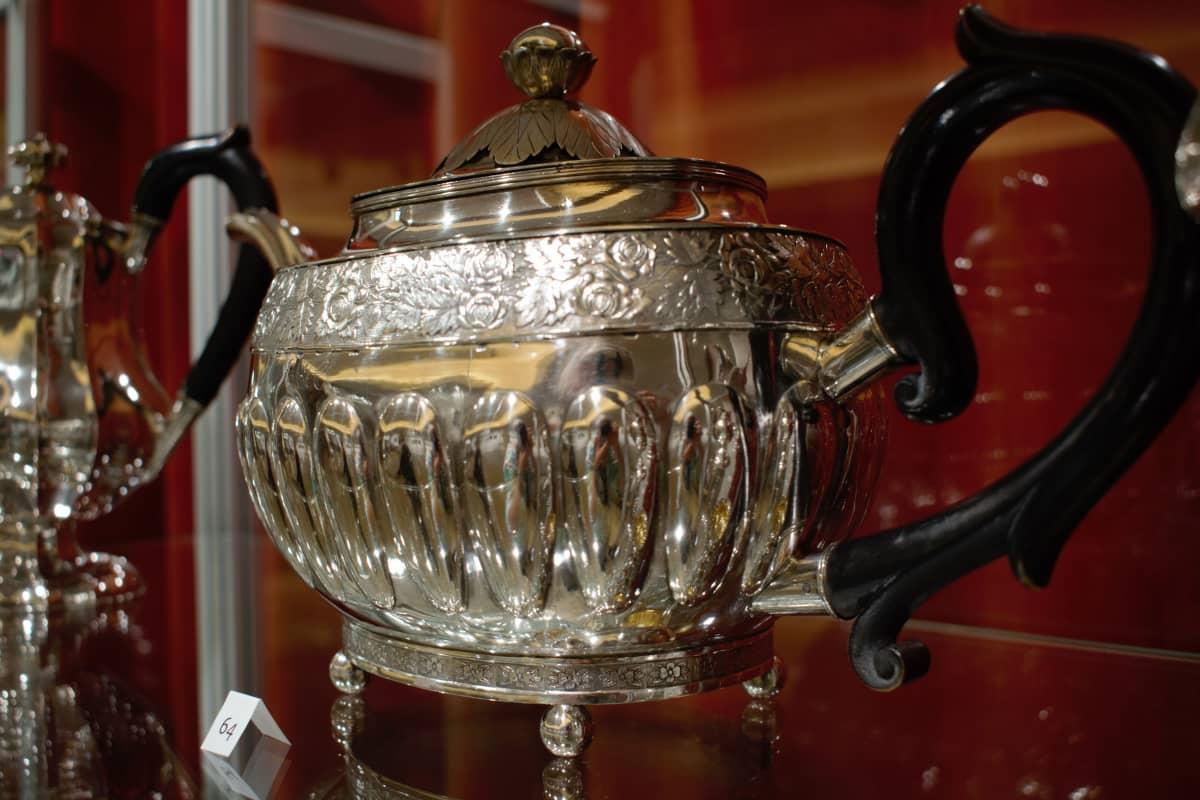 Uudessakaupungissa 1800-luvulla valmistettu hopeakannu.