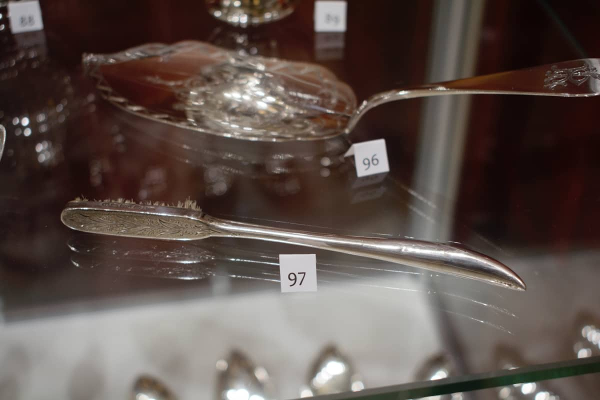 Hopeinen hammasharja 1800-luvulta Anne ja Pentti Siivosen kokoelmassa.