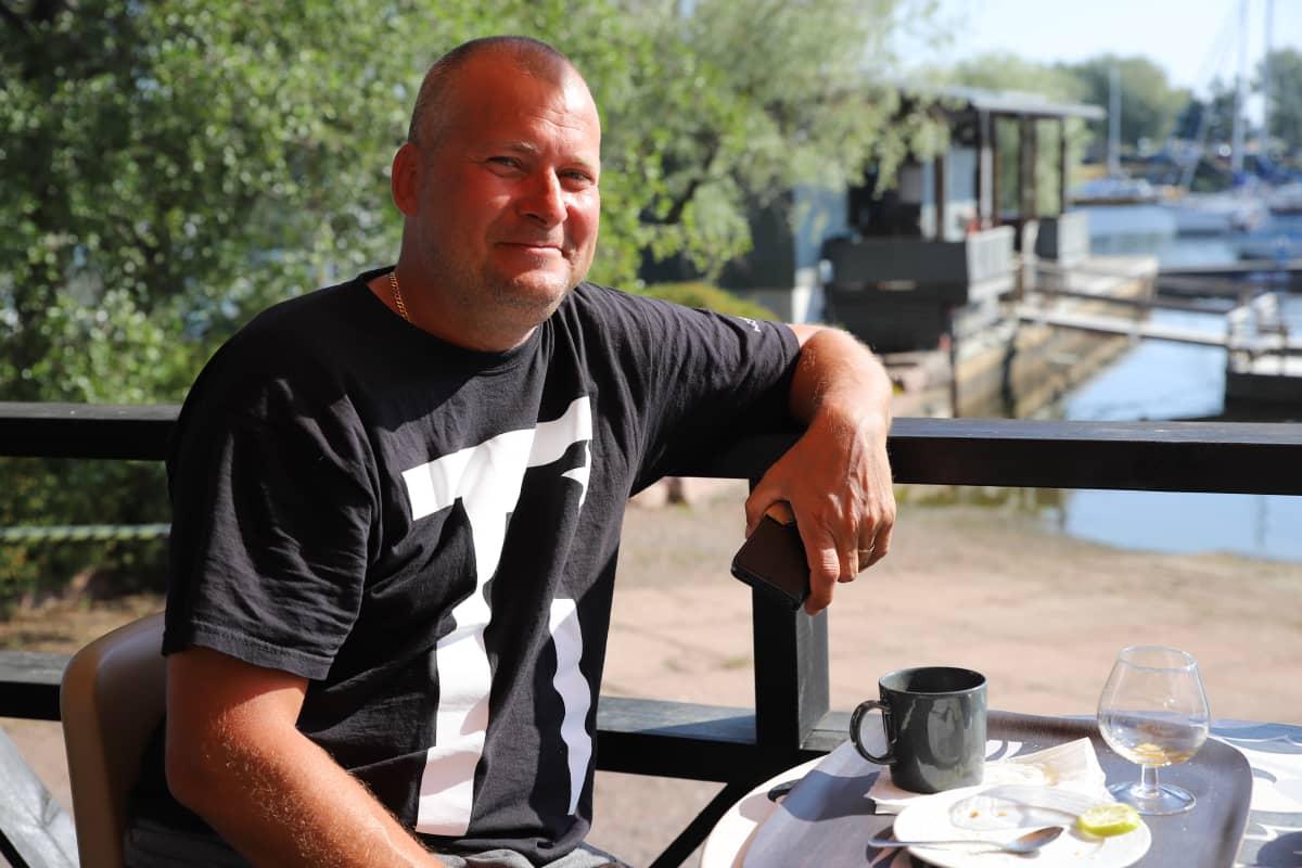 Järvenpääläinen Arttu Laattala istumassa Marina Cafe Laiturin terassilla.