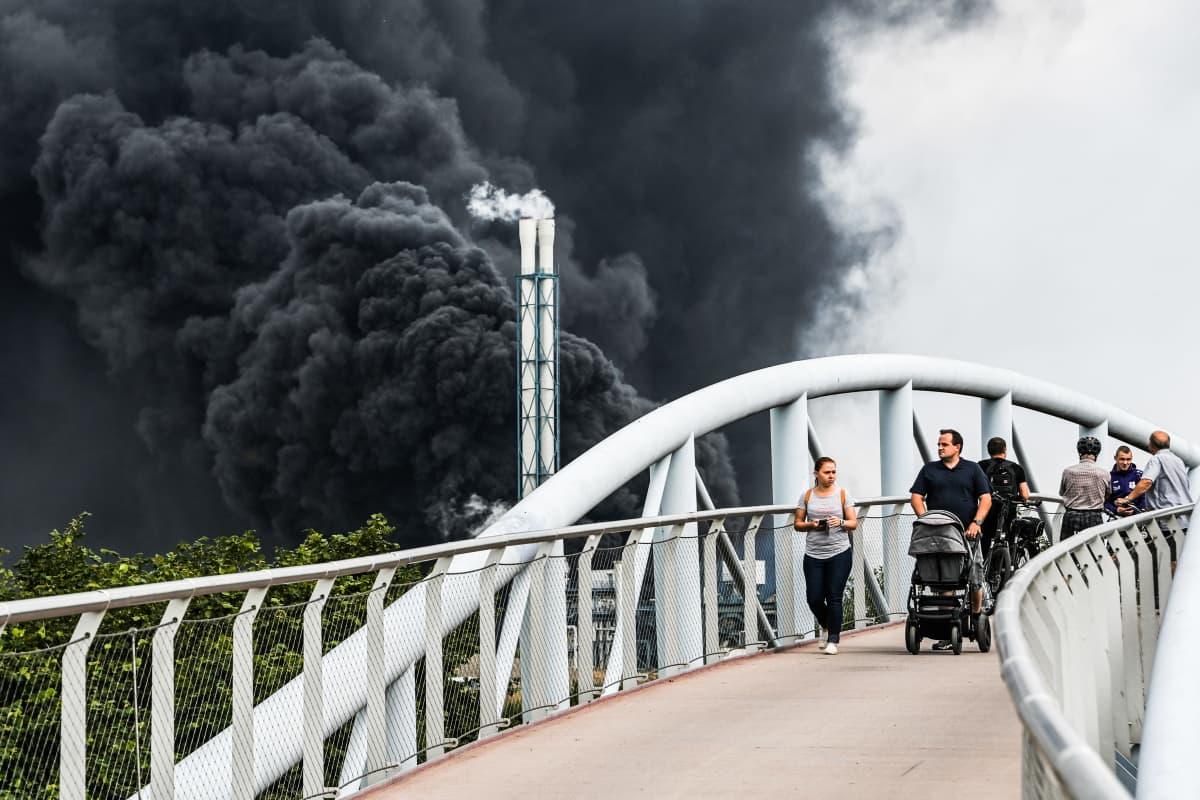 teollisuuspuiston Savu nousee alueella tapahtuneessa räjähdyksessä Saksan Leverkusenissa