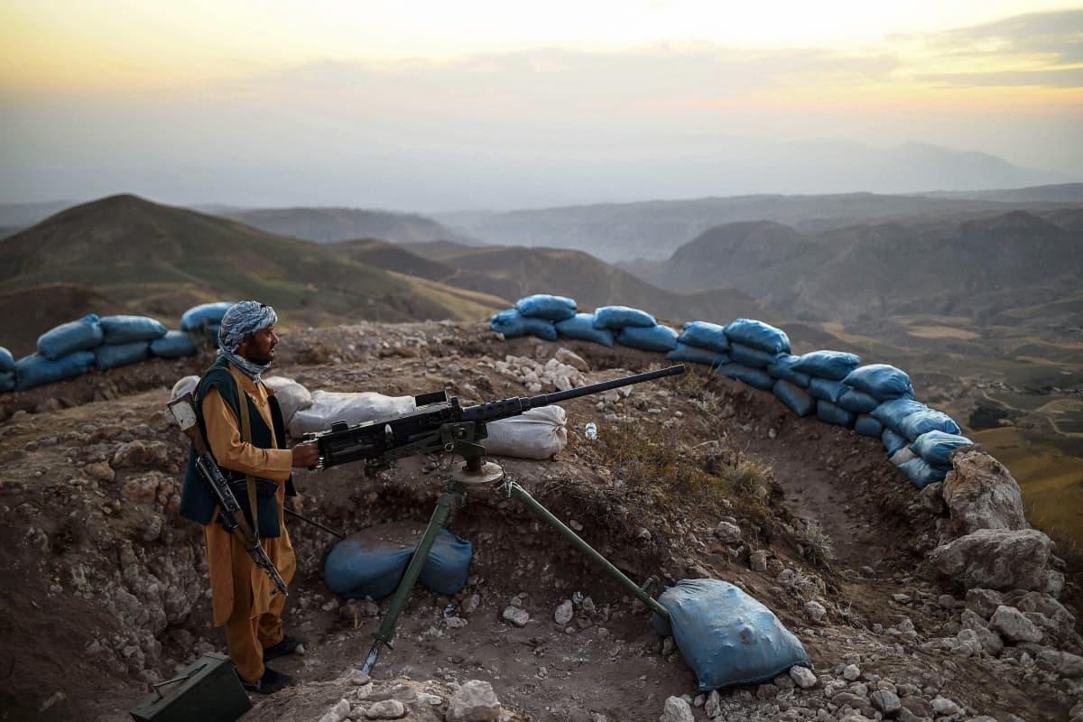 Sotilas vartioi vuoristossa.