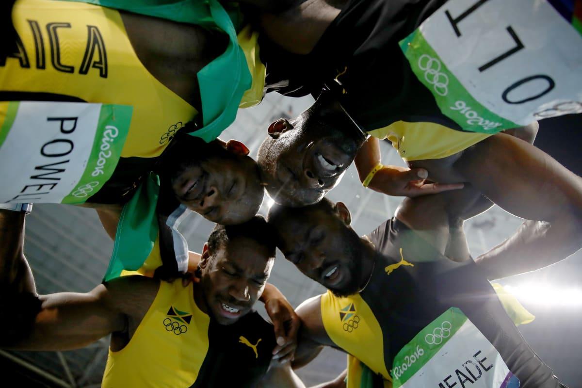 Jamaikan pikajuoksun viestinelikko (Usain Bolt, Asafa Powell, Yohan Blake ja Nickel Ashmeade) keskittyvät ringissä.