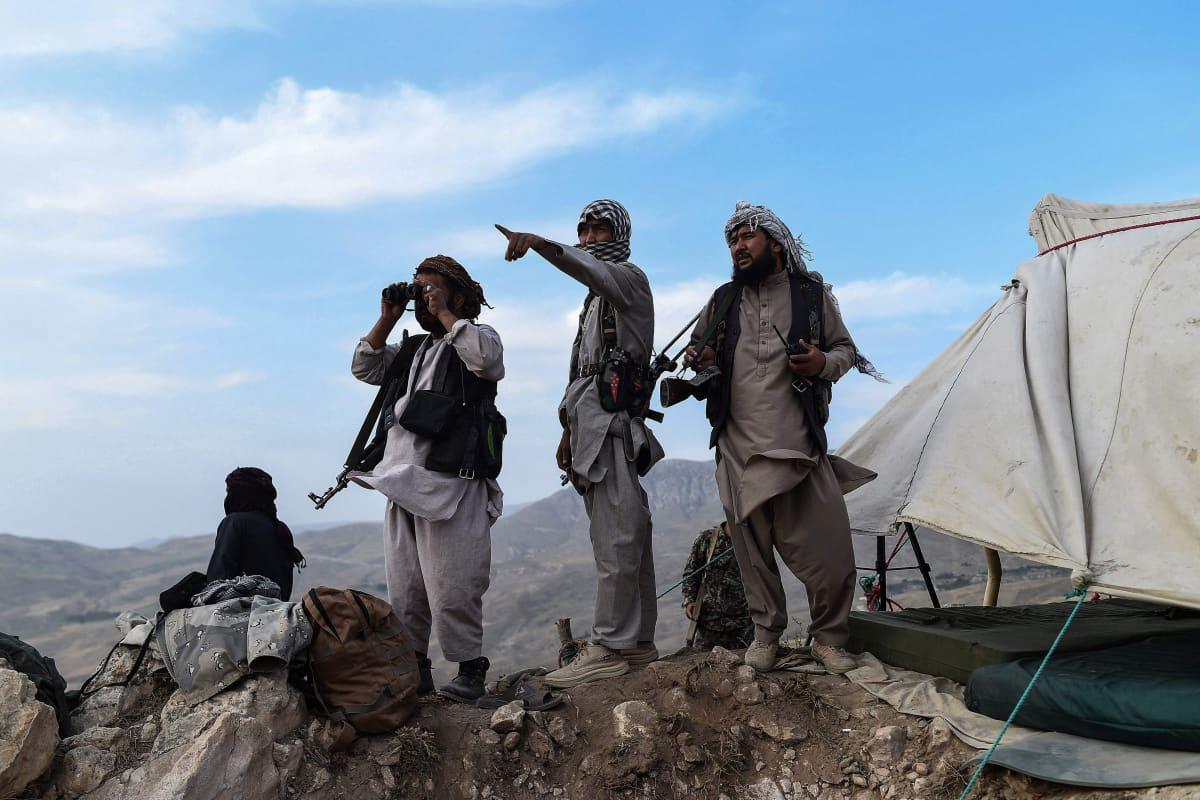 Afgaanisotilaat tarkkailevat Taliban sotilaita vartioasemalla.