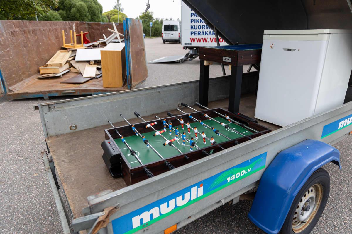 Imatran vastaanottokeskusta tyhjennetään, pihalla perävaunussa fussball-peli ja jääkaappi.