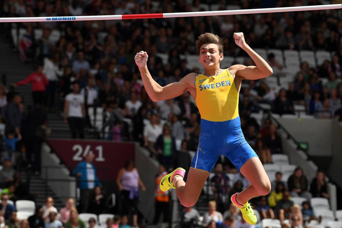 Armand Duplantis tuulettaa onnistunutta karsintahyppyään Tokion olympialaisissa